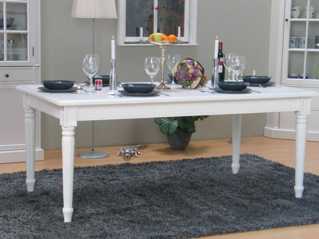 hvidt spisebord med udtræk