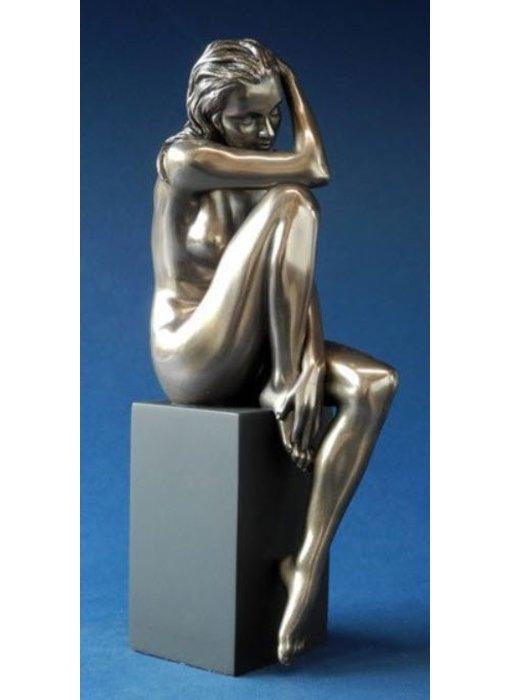 BodyTalk Nackte Frau sitzend auf Sockel