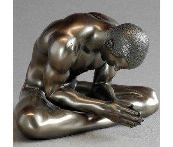 BodyTalk Bronzen sculptuur body builder in kleermakerszit