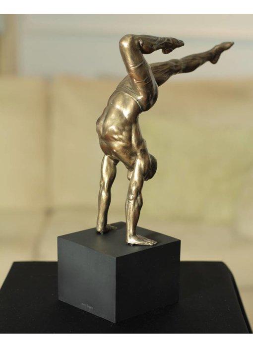 BodyTalk Sculptuur trainende atleet op sokkel, gebronsd naakt