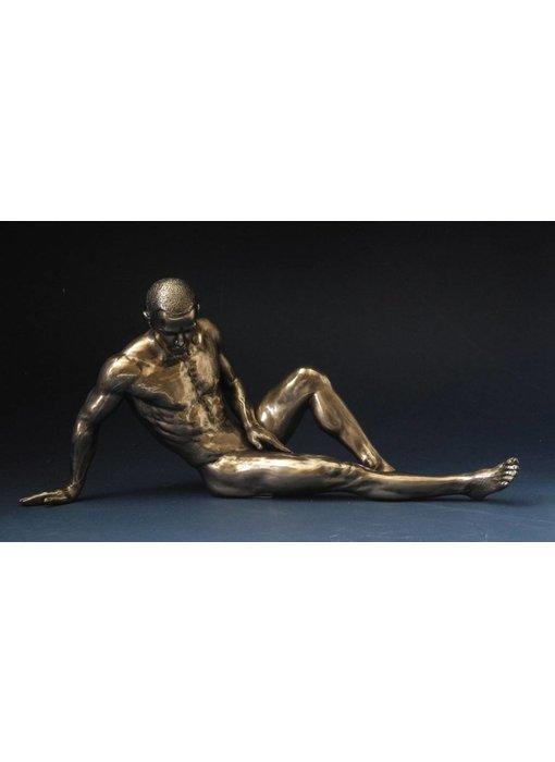 BodyTalk Bodybuilder, naaktsculptuur man, achterover geleund