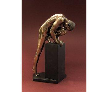 BodyTalk Stretching bodybuilder, mannelijk naakt sculptuur bij sokkel - M