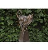 Bronzen kat op paal