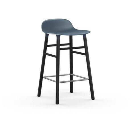 Normann Copenhagen Stuhlform blauer Kunststoff Färbereiche 65cm