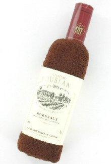 Nice трик! Хавлии (сгънати във формата на бутилка вино с вино, етикет)