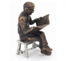 """Sculptuur met thema """"Krantenlezer op krukje"""""""