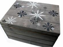 Grote grijze houten nostalgische scheepskist met bloemenprint