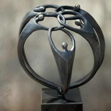 """Sculptuur met thema """"Samen de Handen inéén"""" (19 cm hoog)"""