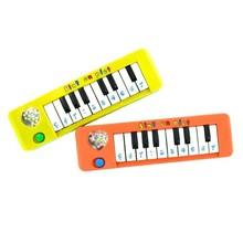 Синтерклаас и Черен Петър пиано (децата могат да си играят и някои voorgeprogammeerde песни)