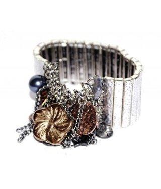 Brede zilveren metalen armband met grijze, koperen, bruine bedels