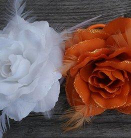 Witte en oranje corsage bloem
