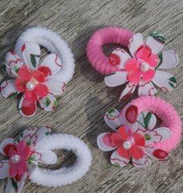 Twee paar elastiekjes met bloem