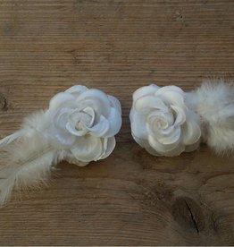 Witte bloemetjes met veertje (2 stuks)