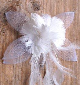Witte corsage met tule en veren