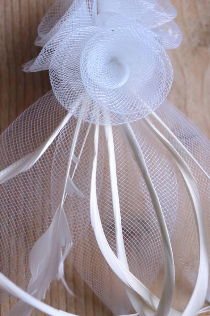 Witte corsage met tule en veertjes