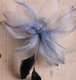 Grijze corsage met veren en tule