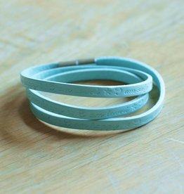 Licht blauw wikkelarmbandje (leer)