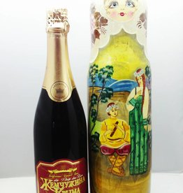 Matryoshka con la bottiglia di Champagne.