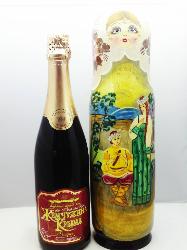 Matryoshka con la bottiglia di Champagne. Originale champagne zona Krim.