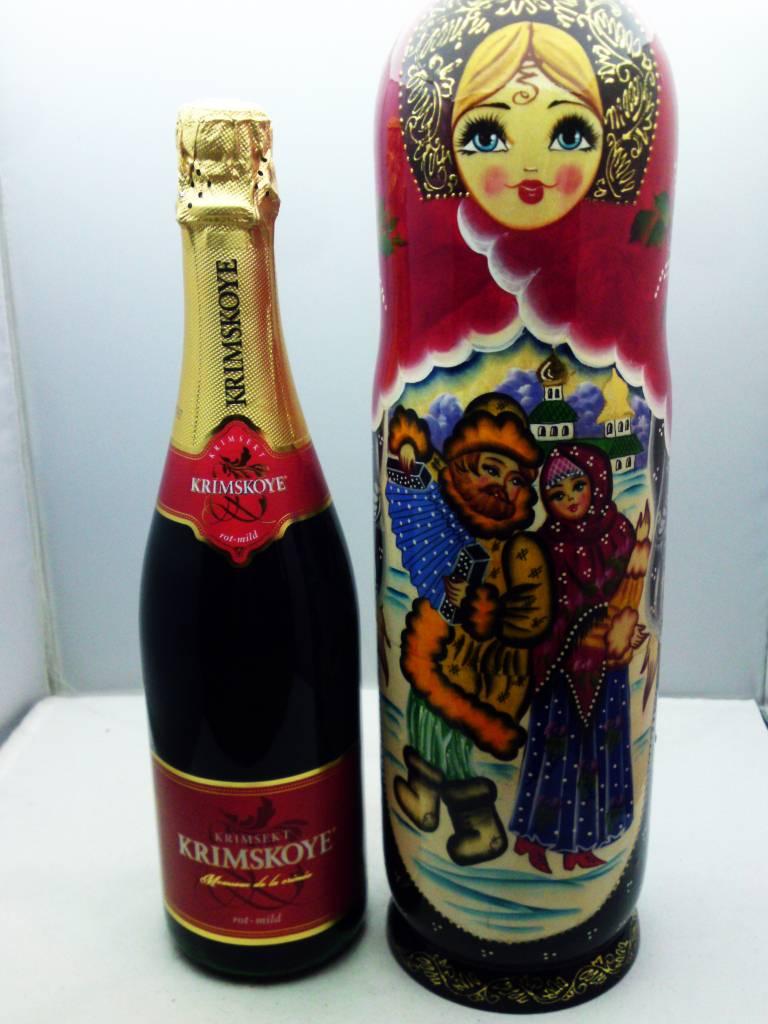 Matryoshka con una botella de Champagne.