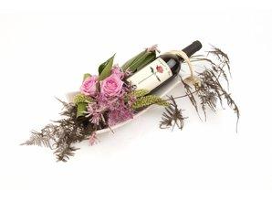 Arrangement met wijn op schaal