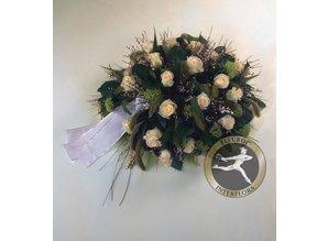 Rouwarrangement met witte rozen