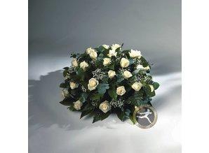 Rouwarrangement met gipskruid en witte rozen