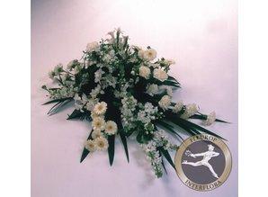 Rouwarrangement met witte bloemen