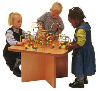 speeltafel met peuter en kleuter rondom