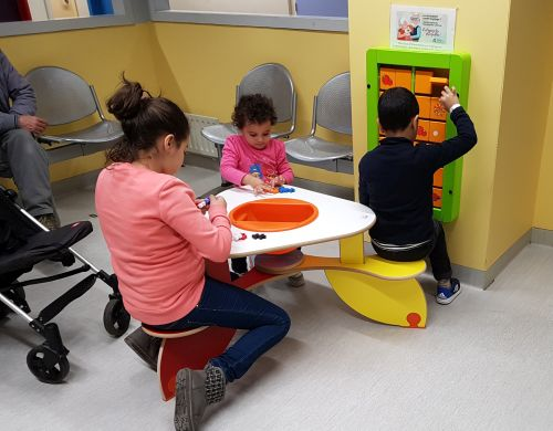 kinderspeelytafel en wandspel in wachtkamer