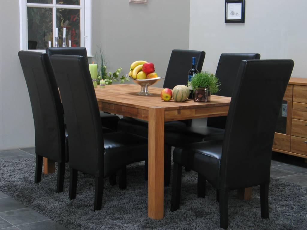 Eetkamer eiken mark met zwarte stoelen