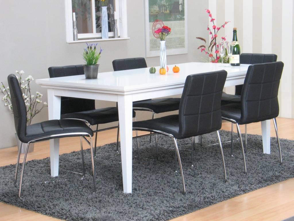 Eetkamer Veneti u00eb wit met 6 zwarte stoelen   Meubeltrefpunt   Altijd t