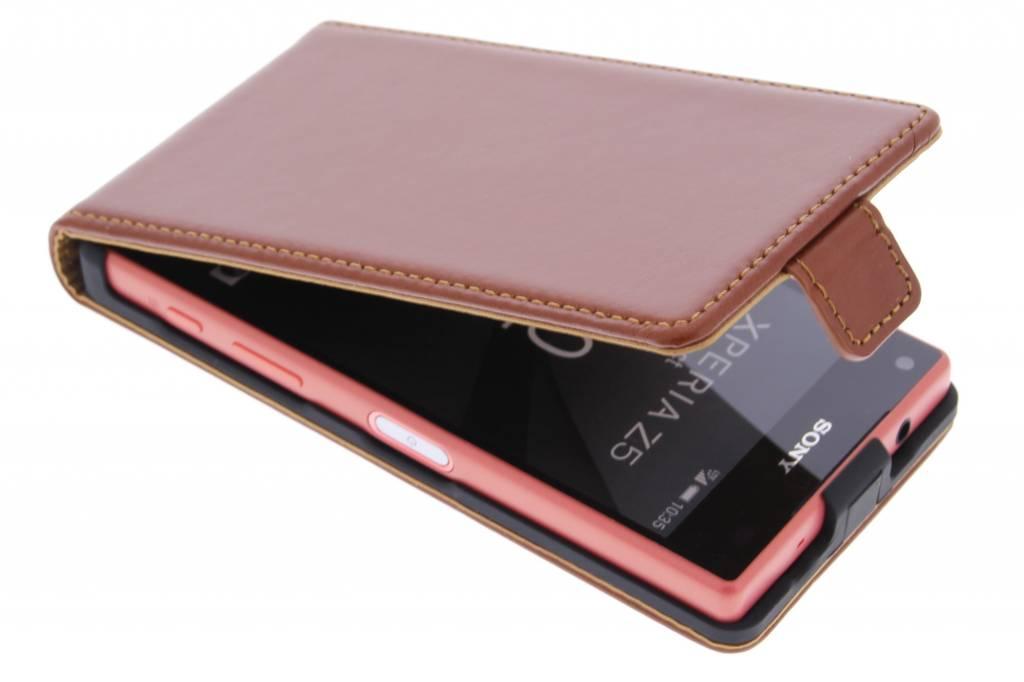 Selencia Luxe Lederen Flipcase voor de Sony Xperia Z5 Compact - Kastanjebruin