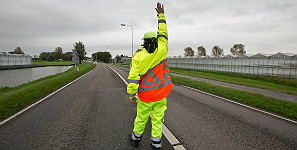 Verkeersregelaar met kleding van E-Werkbroeken/Uniwork