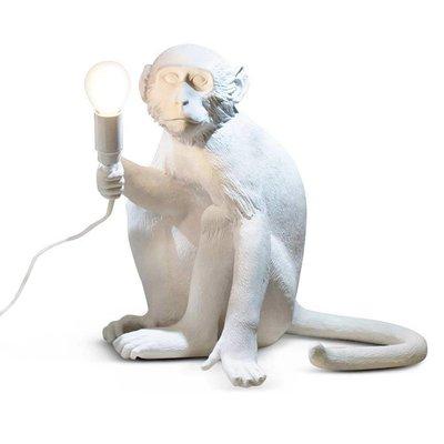 Monkey lamp zittend