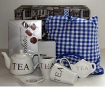 """Tip! Kado Idee? High Tea Themapakket """"Theemuts Hollandse boeren bont blauwe Ruit"""" breukvoorkomend verpakt met papierwol in een luxe geschenkdoos!"""