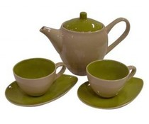Modern зелен чайник с две модерни зелени чаши за чай