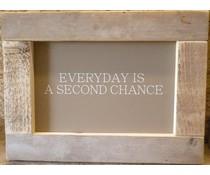 """Tekstbord voorzien van een lijst van steigerhout met thema """"EVERYDAY"""" (afmeting 26 x 42 cm)"""