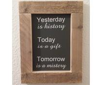 """Textplatte mit einer Liste von Gerüstholz mit Thema vorgesehen """"Gestern ist Geschichte"""" (Größe 26 x 42 cm)"""