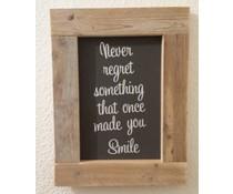 """Tekstbord voorzien van een lijst van steigerhout met thema """"Never regret something"""" (afmeting 26 x 42 cm)"""