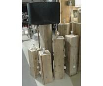 Lampenvoet, afmeting 50 (hoogte) x 20 x 20 cm, gemaakt van oud steigerhout (vierkant model), voorzien van bedrading, grote fitting en een handschakelaar