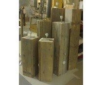 Lampenvoet, afmeting 100 (hoogte) x 22 x 22 cm, gemaakt van oud steigerhout (vierkant model), voorzien van bedrading, grote fitting en een voetschakelaar
