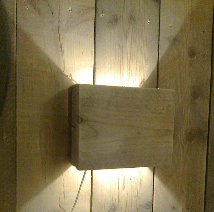 sfeer wandlamp klein gemaakt van oud steigerhout voorzien van een kleine lampenfitting kado. Black Bedroom Furniture Sets. Home Design Ideas