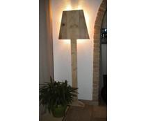 Застанал настроение лампа, на 150 см височина, (направена от старо дърво скеле) с голям цокъл лампа