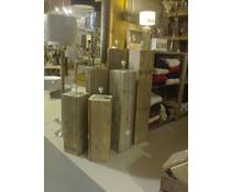 Lampenvoet, afmeting 125 (hoogte) x 22 x 22 cm, gemaakt van oud steigerhout (vierkant model), voorzien van bedrading, grote fitting en een voetschakelaar