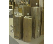 Lampenvoet, afmeting 75 (hoogte) x 22 x 22 cm, gemaakt van oud steigerhout (vierkant model), voorzien van bedrading, grote fitting en een voetschakelaar