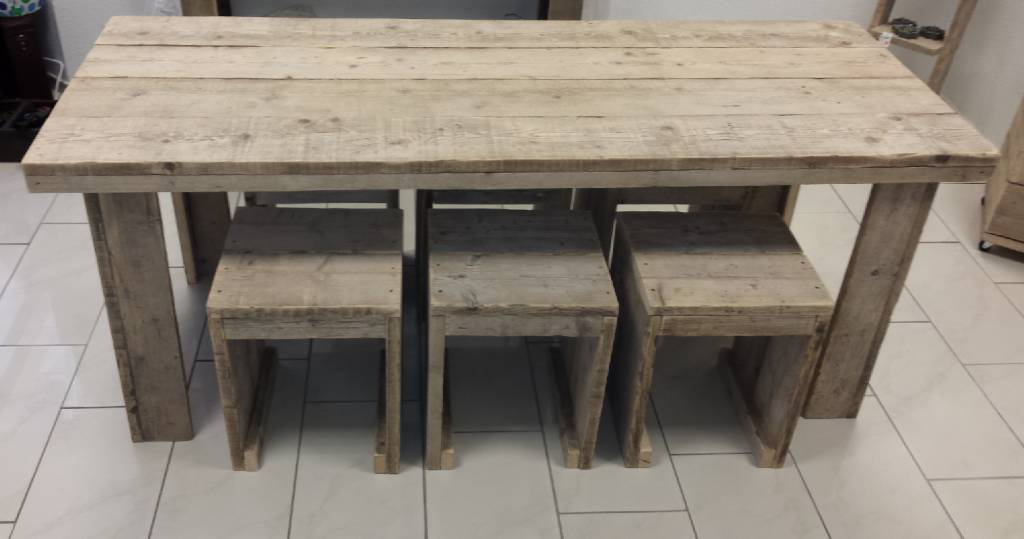Ponteggio tavolo di legno con sei sgabelli dimensioni tavolo