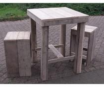 Vierkante tafel (80 x 80 cm) gemaakt van steigerhout met 2 bijpassende krukken (hoogte tafel 100 cm)