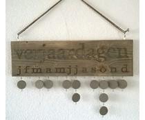 Verjaardagskalender gemaakt van oud Steigerhout (afmeting ca. 50 x 20 cm) incl. ophangkoord en 10 rondjes voorzien van haakjes en oogjes