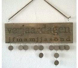 Verjaardagskalender gemaakt van oud Steigerhout (afmeting ca. 50 x 20 cm) incl. 10 rondjes